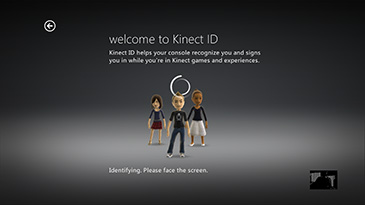 "Statický obrázek zobrazující začátek videonávodu k instalaci senzoru Kinect, včetně textu ""Welcome to Kinect ID"" a ""Identifying"". ""Please face the screen."" (Otočte se čelem k obrazovce.)"